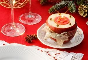 Segnaposto con mela su tavola natalizia